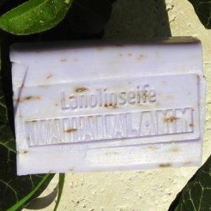 Walhalla-Lamm Lanolinseife Lavendel auf Travertin