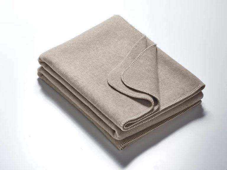 Wolldecken grau mit weisser Kettelung