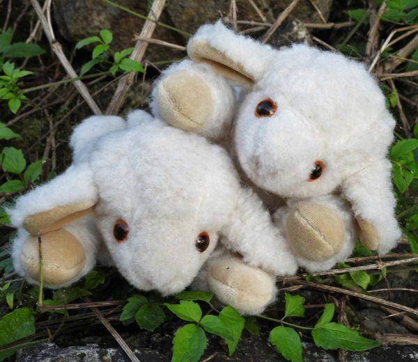 Schafwoll-Kuscheltier Lamm mit Kirschkern-Kissen