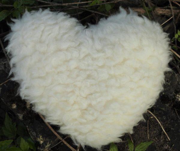 Schafwoll-Flor Zottel-Herz mit Kirschkern-Kissen